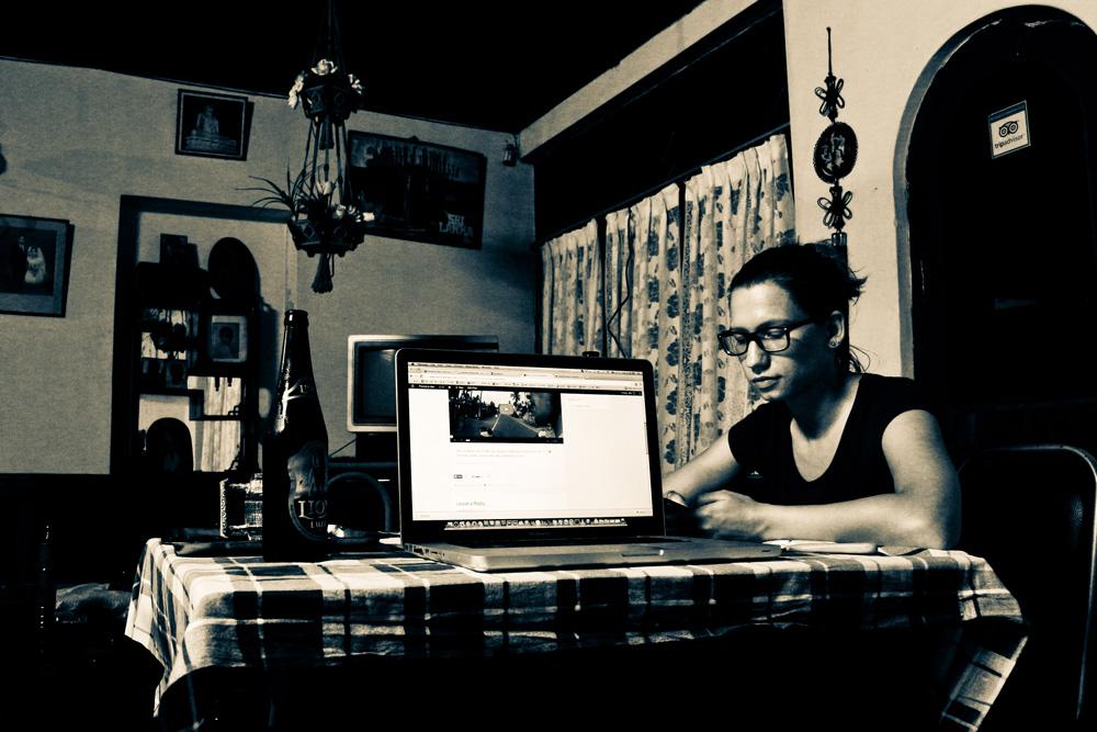 Najina današnja pisarna ob šrilanškem Lion pivu.