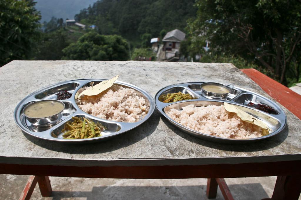 Dal Bhat - kuhan riž, čičerika v juhi in še kakšen posladek.