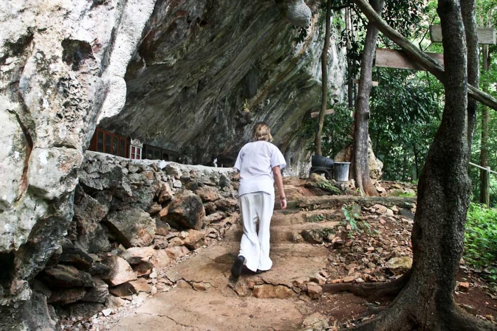 Na poti v jamo za meditacijo.