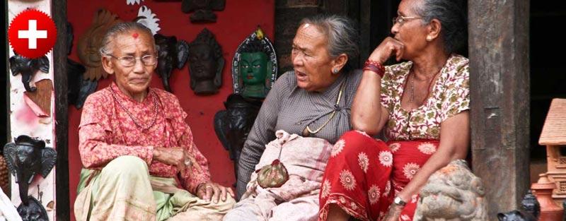 Tetke na ulicah v mestu Bhaktapur, ki je znano po čudovitem glavnem trgu v mestu in po glinenih loncih.