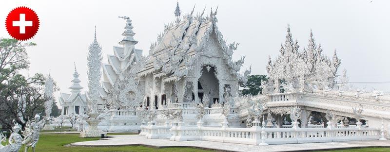 Chiang Rai je znan po čudovitem belem templju, ki je delo znanega tajskega umetnika. Pred templljem je ribnik poln črnih in belih rib.