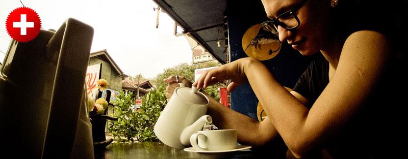 Zaradi praznika v Šrilanki, sva pivo dobila kar v čajniku. Negombo, Šrilanka.