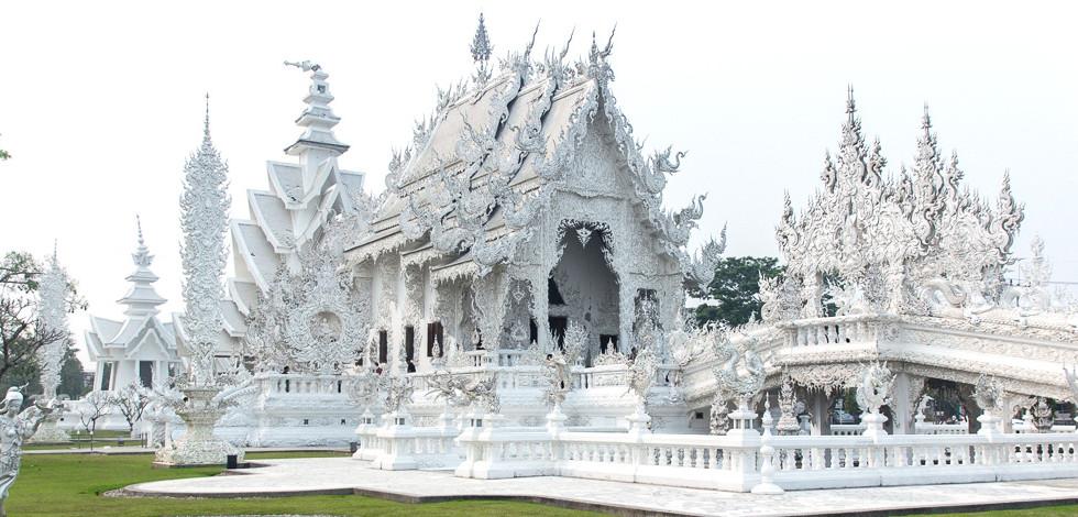 Beli tempelj v mestu Chiang Rai na severu Tajske.