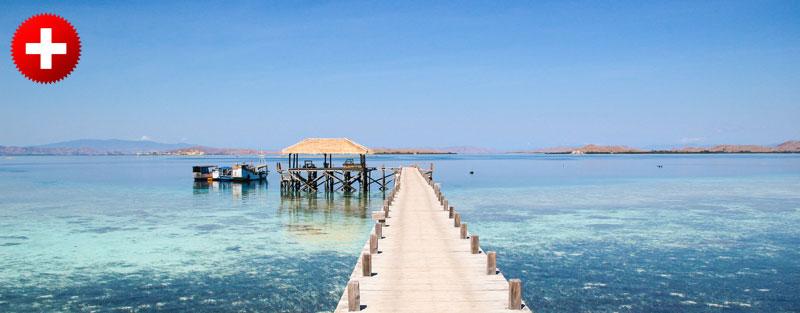 Pomol in modro morje na otoku Kanawa, ki ima čudovit podvodni svet, ki je značilen za Komodo narodni park. Indonezija.