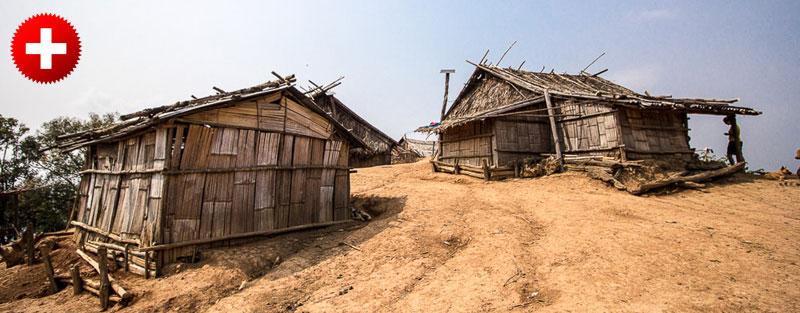 Vasica z lesenimi hišami, ki sva jih videla pri trekingu okoli Luang Namthe, Laos.
