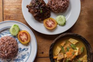 Curry s tofujem in tempe, reberca s pekočo omako in rdečim rižem