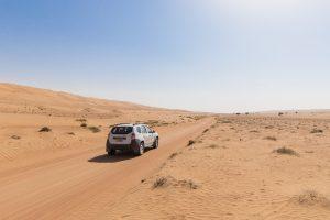 Avto v puščavi, Oman
